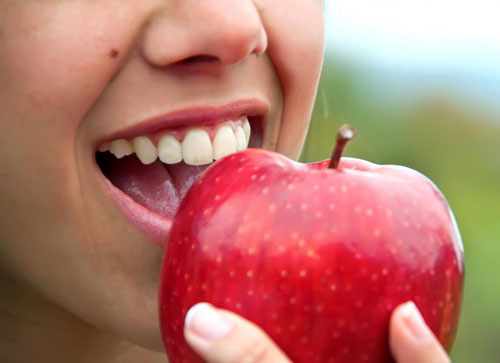 woman-eats-apple-4-post